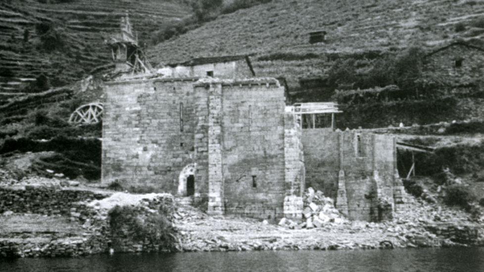 Desmontado de la antigua iglesia de Santo Estevo de Chouzán, en el año 1955