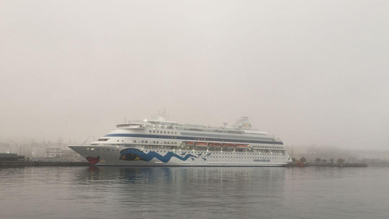El Aida Cara, en el puerto de A Coruña.El féretro de Arturo preside el escenario, por el que desfilan personajes claves en la vida del finado