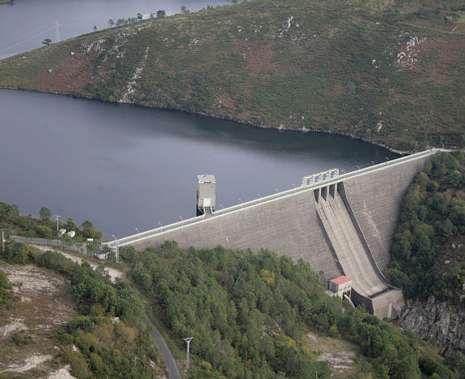 Consecuencias del temporal en Santiago.Vista aérea de la presa de Santa Uxía, en O Ézaro, con Mazaricos al otro lado.