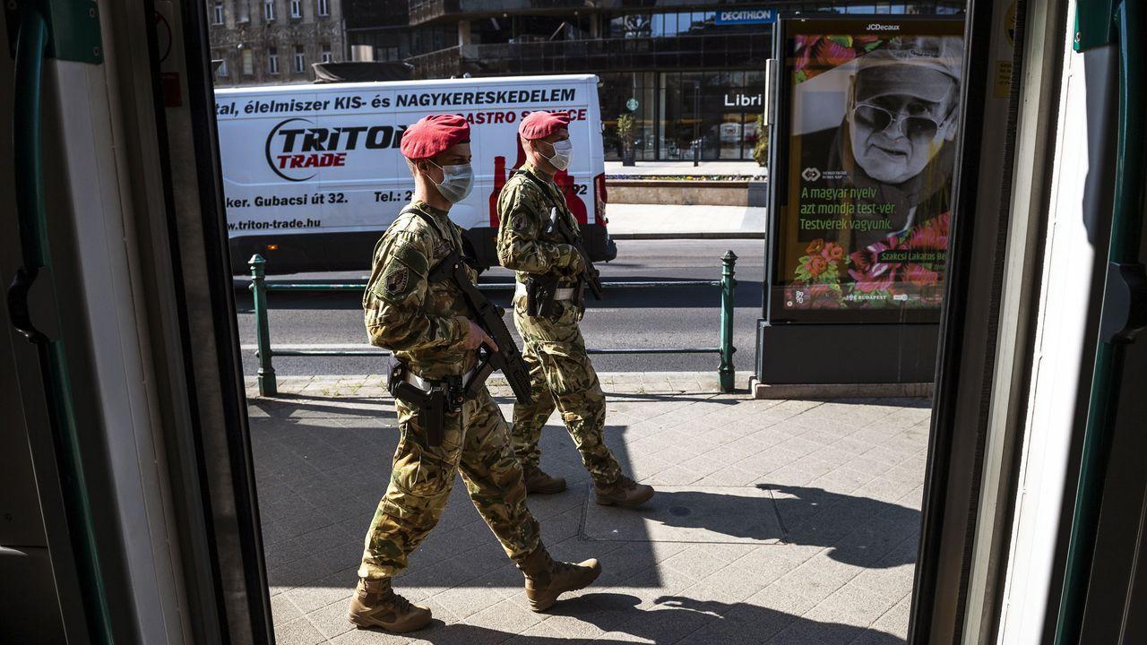 La pandemia en el mundo.Policia militar patrulla las calles de Budapest