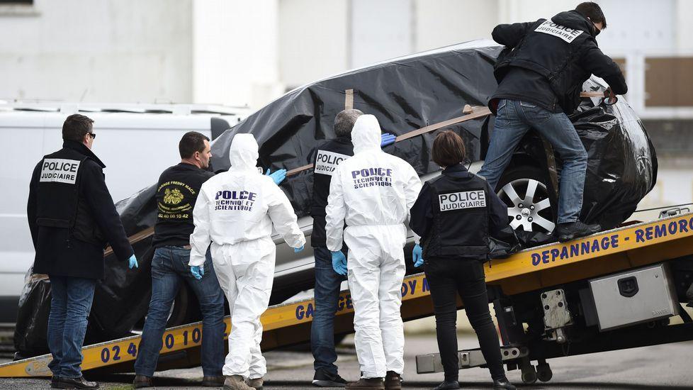 Un equipo de forenses analiza el coche del padre de familia