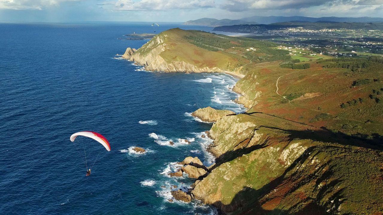Los mejores miradores sobre la montaña y el mar.Vista aérea de la costa de Narón y Valdoviño, en una imagen cedida por el Club Parapente Ferrol