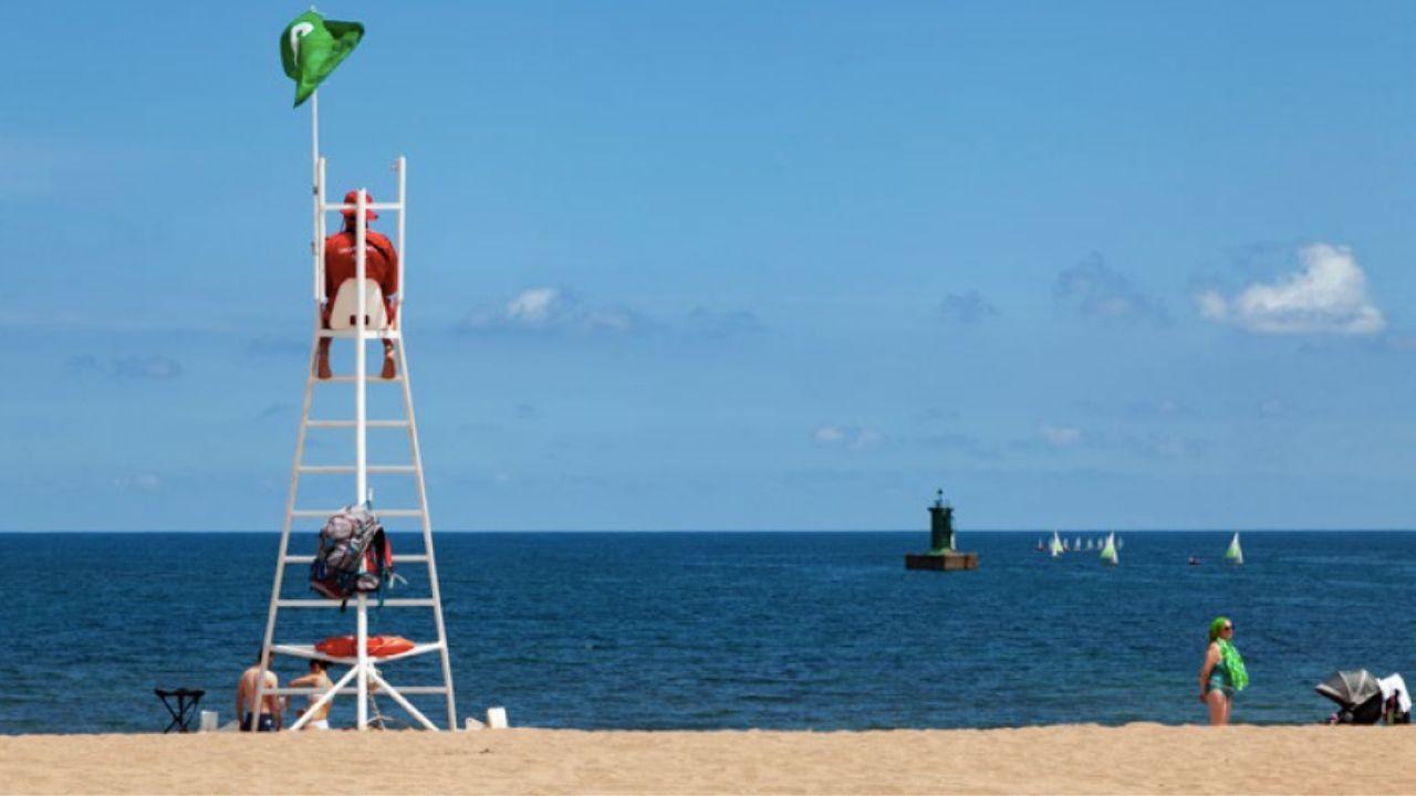Salvamento en la playa de Poniente, en Gijón