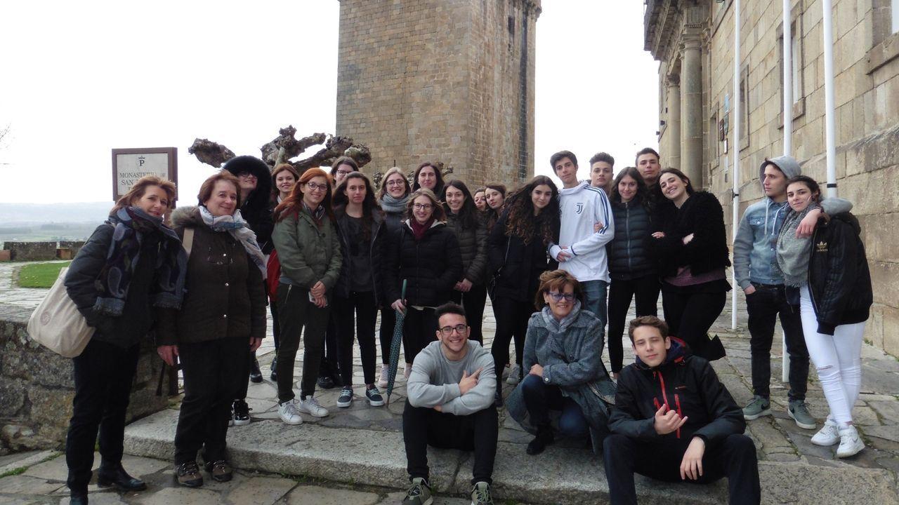 Estudiantes de la localidad italiana de Novara, junto a la torre de San Vicente en la excursión que hicieron a Monforte en el 2018