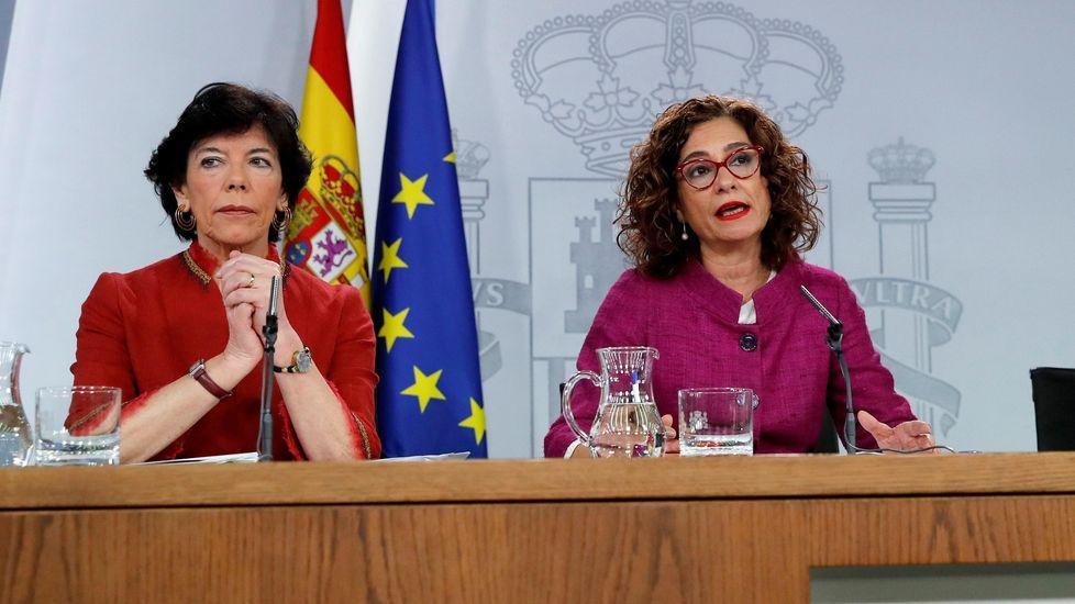 selectividad, pau.La ministra de Educación, Isabel Celaá, a la izquierda, con la portavoz María Jesus Montero, hoy tras la reunión del Consejo de Ministros