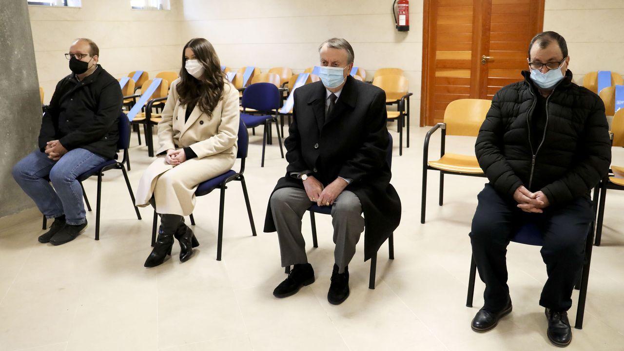Alfonso Barcia Raposo, segundo por la derecha, junto a su hija y a los otros dos acusados que fueron absueltos al retirar la acusación la Unión de Artesanos