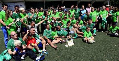 Jugadores, directivos y aficionados del Corcubión celebraron el título conseguido al final en el propio terreno de juego Fotos.