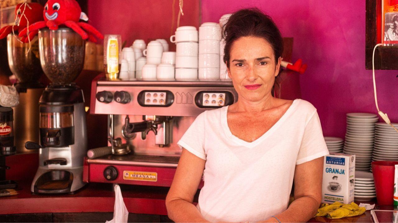 Isabel García, en la mítica pastelería Brisamar