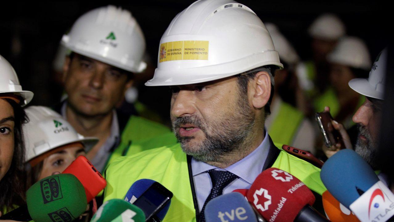 El ministro de Fomento en funciones, José Luis Ábalos, durante su visita este jueves a las obras de la estación de cercanías de Nuevos Ministerios (Madrid)