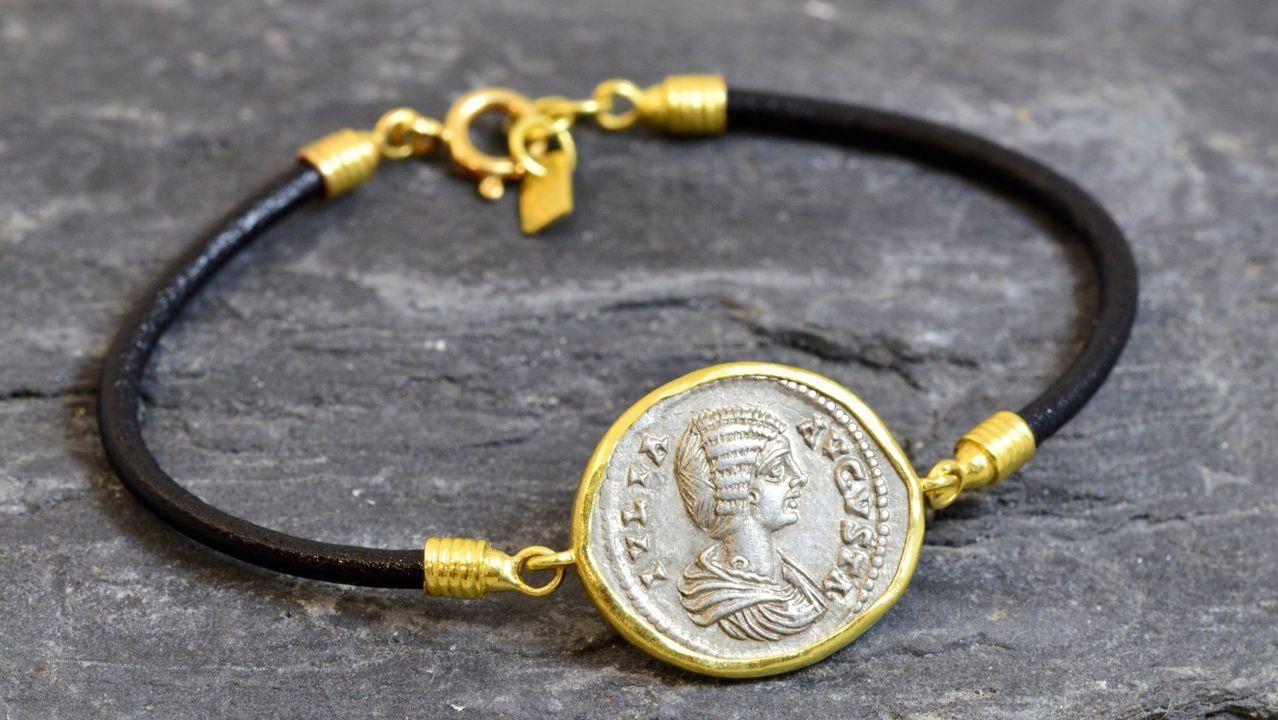 Pulsera de oro y cuero con una moneda romana, con efigie de Julia Domna, del 200 d. C.