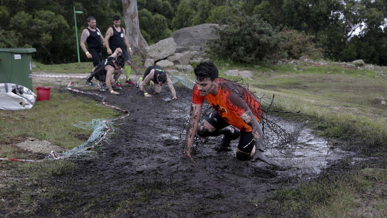 «Ninja Warrior» para coruñeses valientes en el parque de Bens.El sol ya se pone en A Coruña. Llega la noche de San Juan.