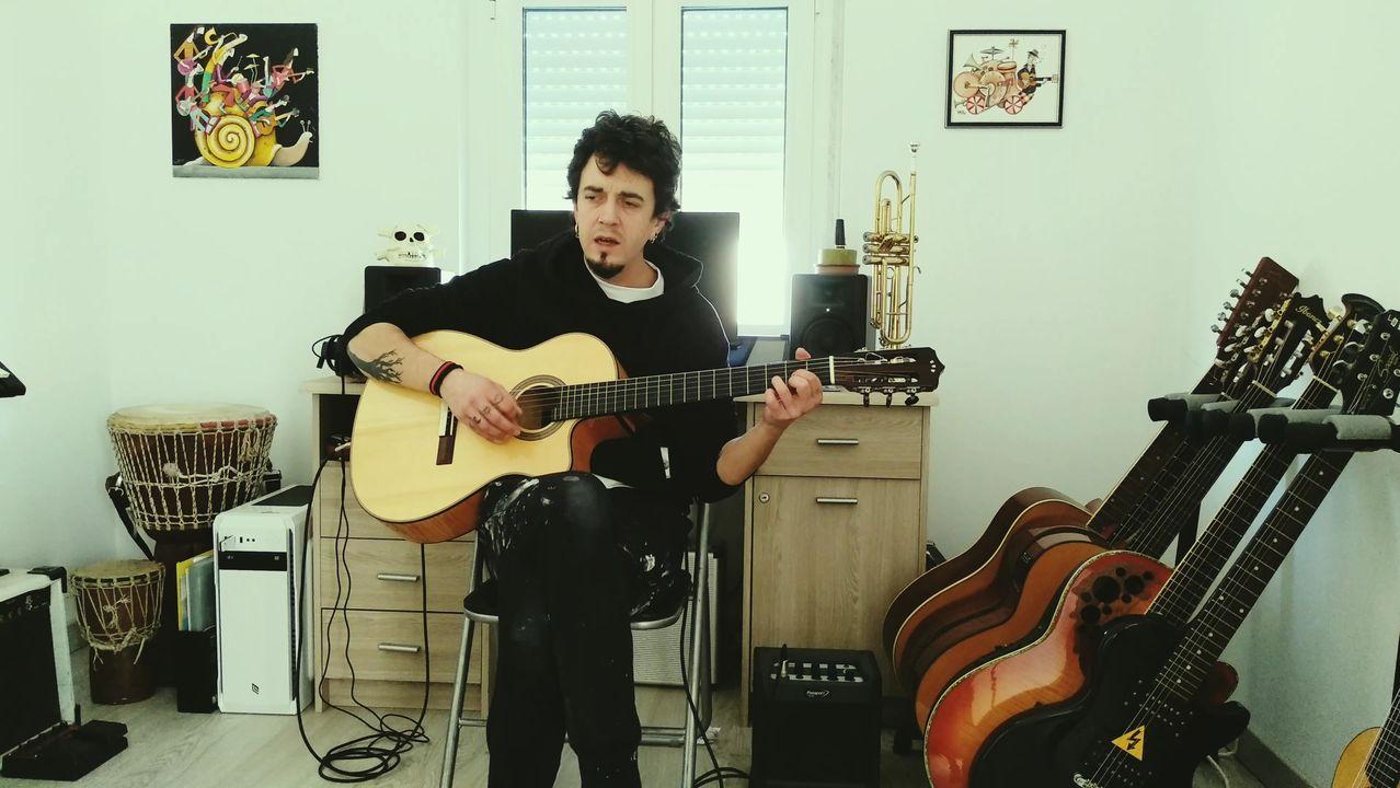 Melendi canta a los abuelos.En la imagen, el cantante Óscar Fojo, en el estudio casero que tiene en su casa