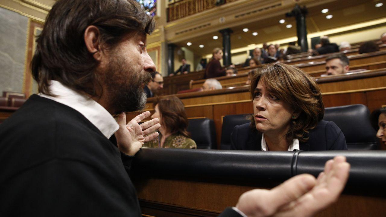 La ministra Delgado conversa con el portavoz de Podemos en el Congreso Rafael Mayoral durante un pleno celebrado este mes