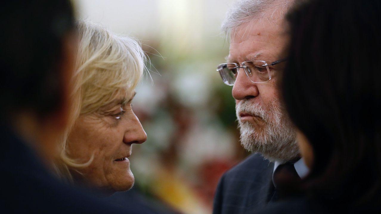 El expresidente extremeño Juan Carlos Rodríguez Ibarra, con la viuda de Rubalcaba