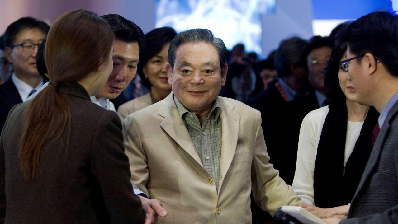 Lee Kun-hee, presidente de Samsung, en el centro