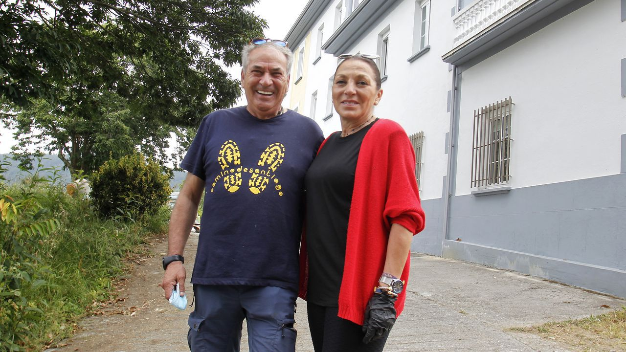 Ambiente en Santiago en su día grande.Mario Torres y Belén Jiménez son los promotores del nuevo albergue de peregrinos de Pontedeume