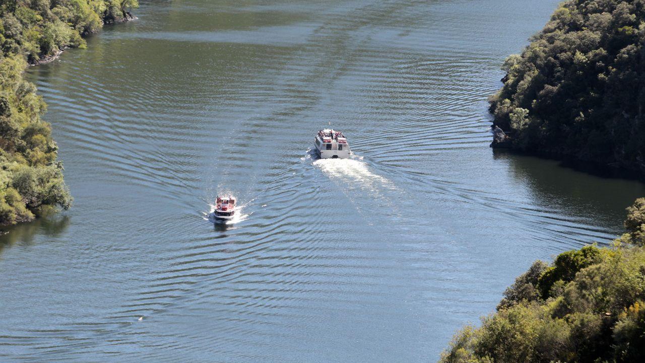 Embarcaciones turísticas en el cañón del Sil, a la altura de Doade ?en Sober? el pasado fin de semana