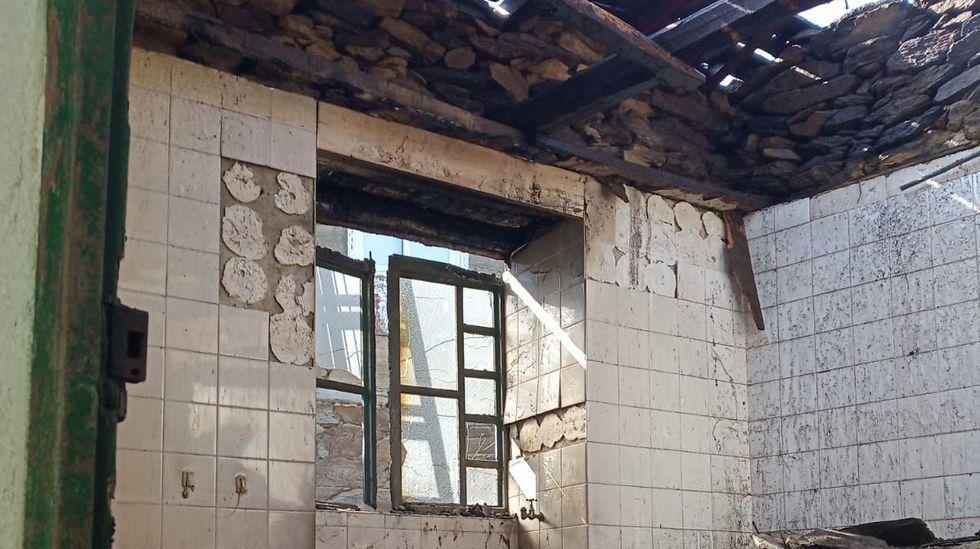 El fuego prendió en las partes de madera de la estructura de la casa, que lleva tiempo abandonada y en ruinas