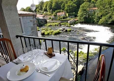 Los turistas pueden disfrutar de una comida junto al río.