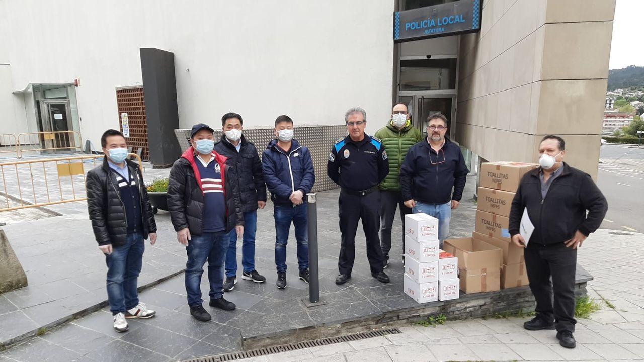 Arden siete vehículos en A Gaiteira.Representantes de la comunidad china y de la Federación Limiar repartieron el material de protección este lunes.