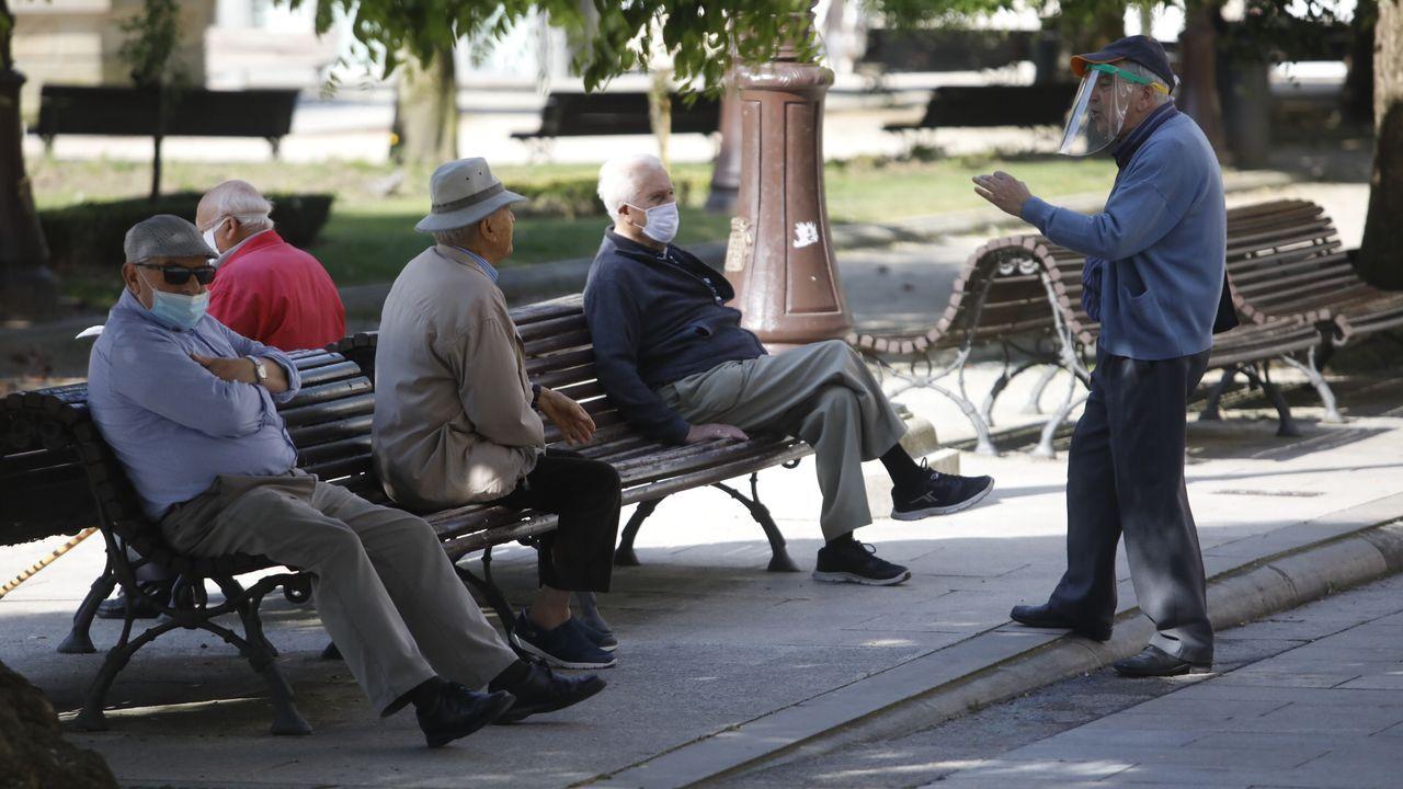 Personas con masacarilla por las calles de Lugo