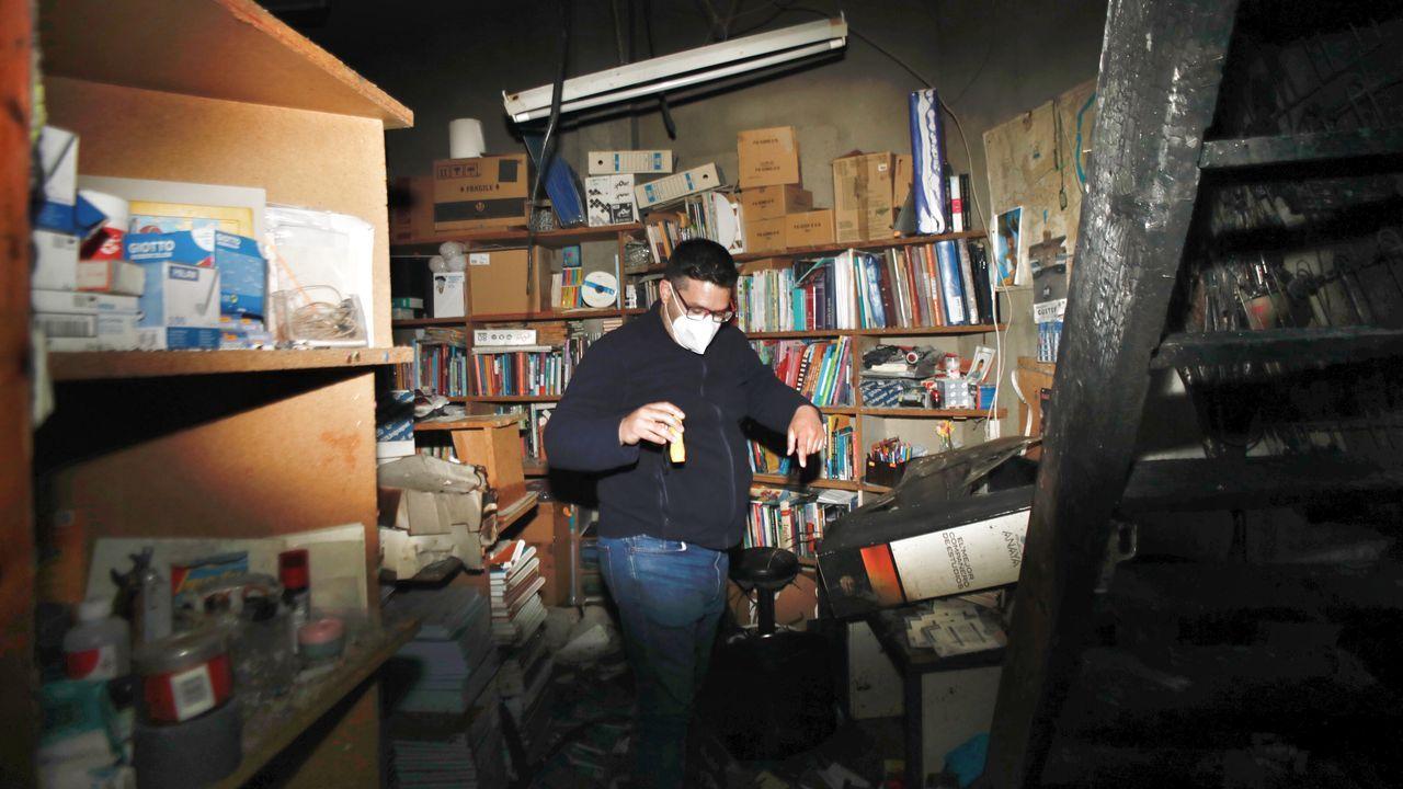 El incendio en la librería A'Nova dañó el almacén, una entreplanta y afectó a parte de la instalación eléctrica por lo que el local sigue sin luz