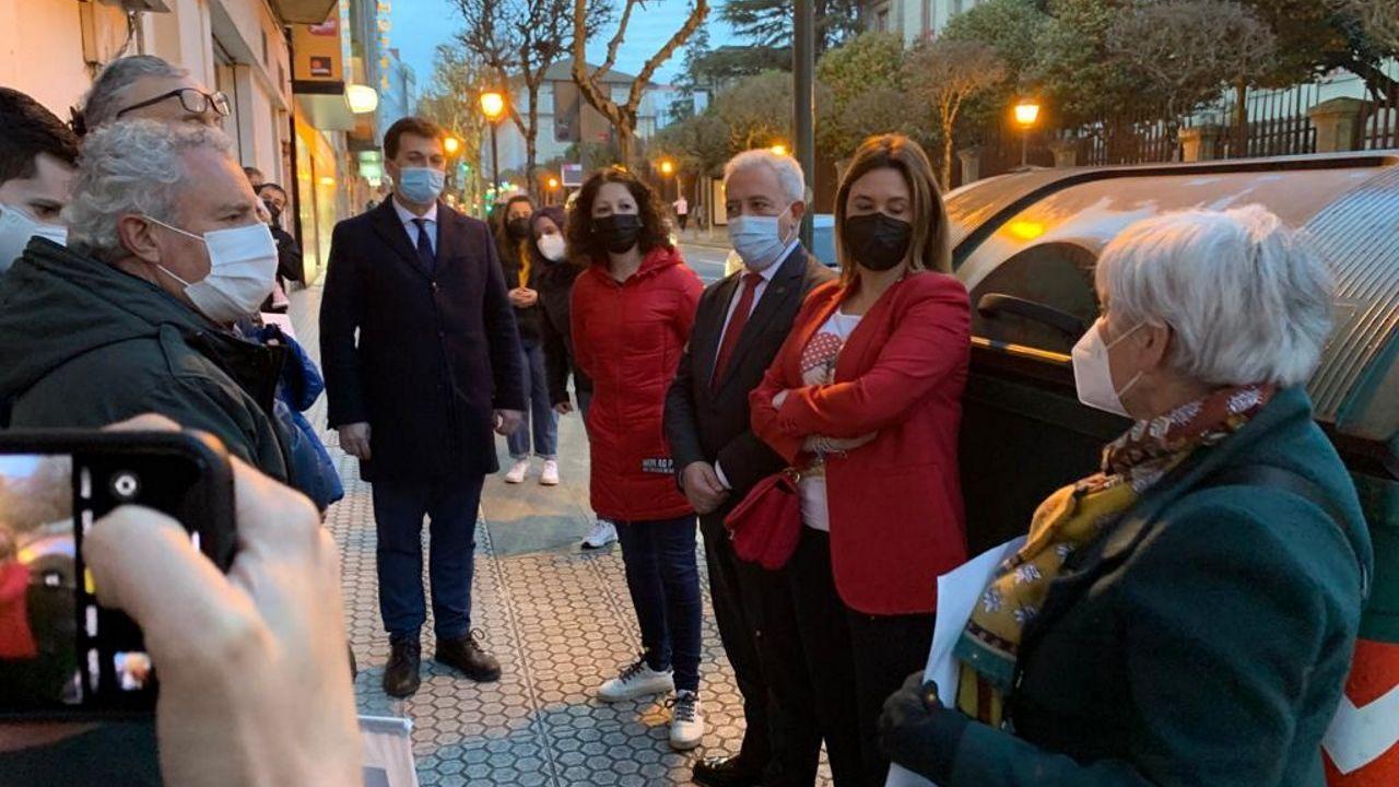 Gonzalo Caballero, diputados del PSOE y la alcaldesa de Vilalba junto a los padres de Baamonde