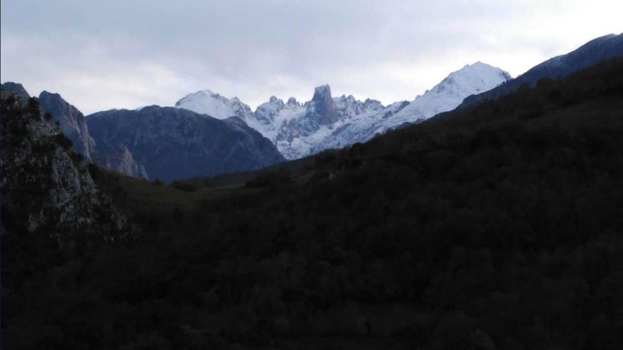 Los Picos de Europa con el manto blanco de la nieve