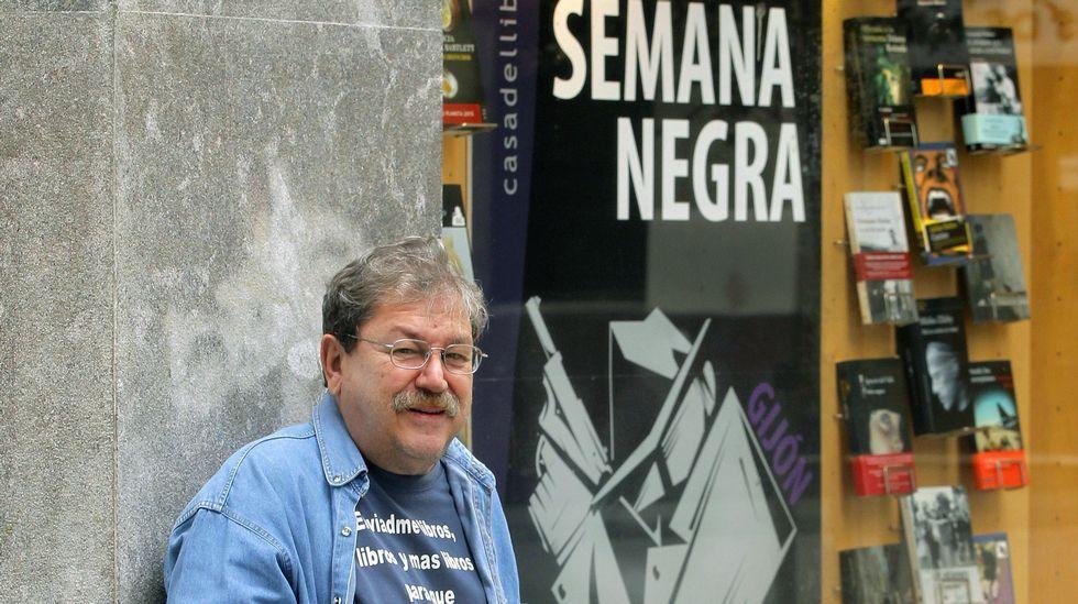 Teresa Viejo, ante una librería del centro de Gijón
