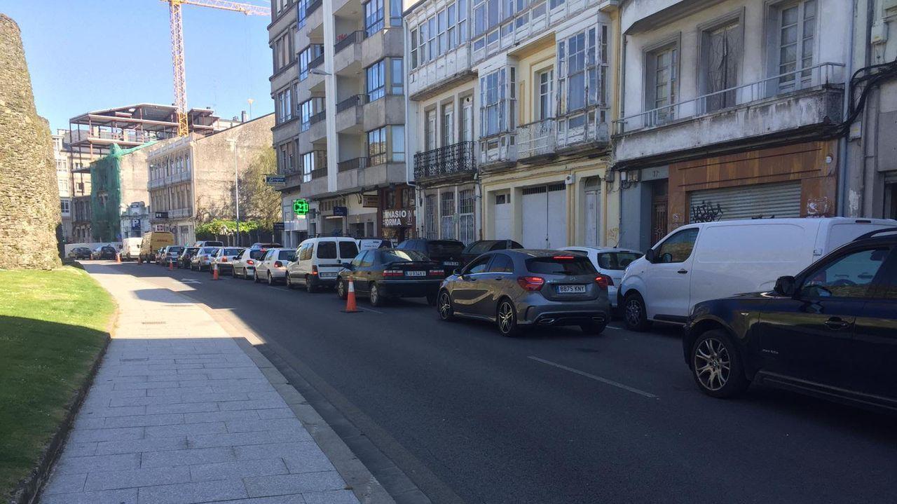La nueva PO-308 entre Portonovo y Major.Colas por el único carril que hay operativo para coches en la Ronda