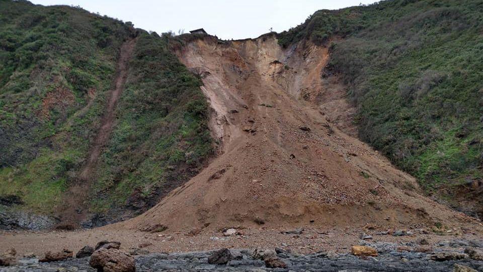 El argayo que pone en peligro el hórreo histórico de Cadavedo
