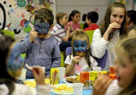 Los niños lo pasaron en grande ayer en una fiesta de Eroski.