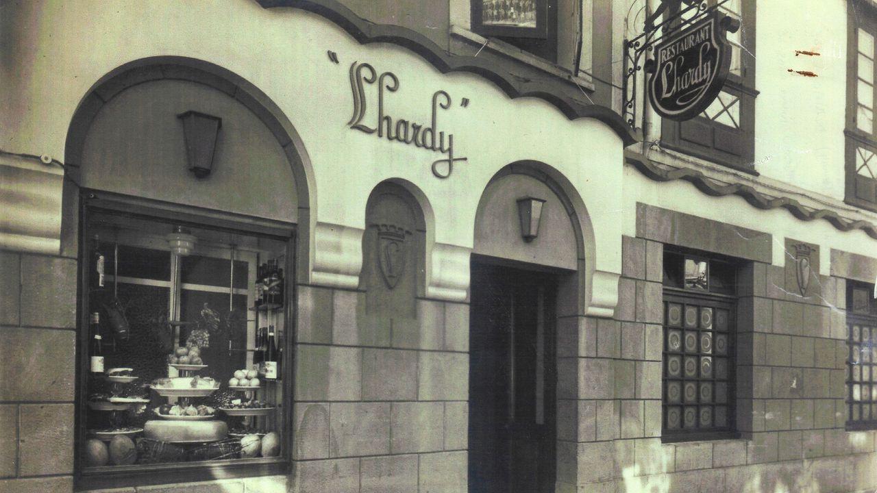 Homenaxe a República no monumento das Rosa Rotas en Vilagarcía.Fachada del antiguo restaruante Lhardy, en la calle Galera de A Coruña