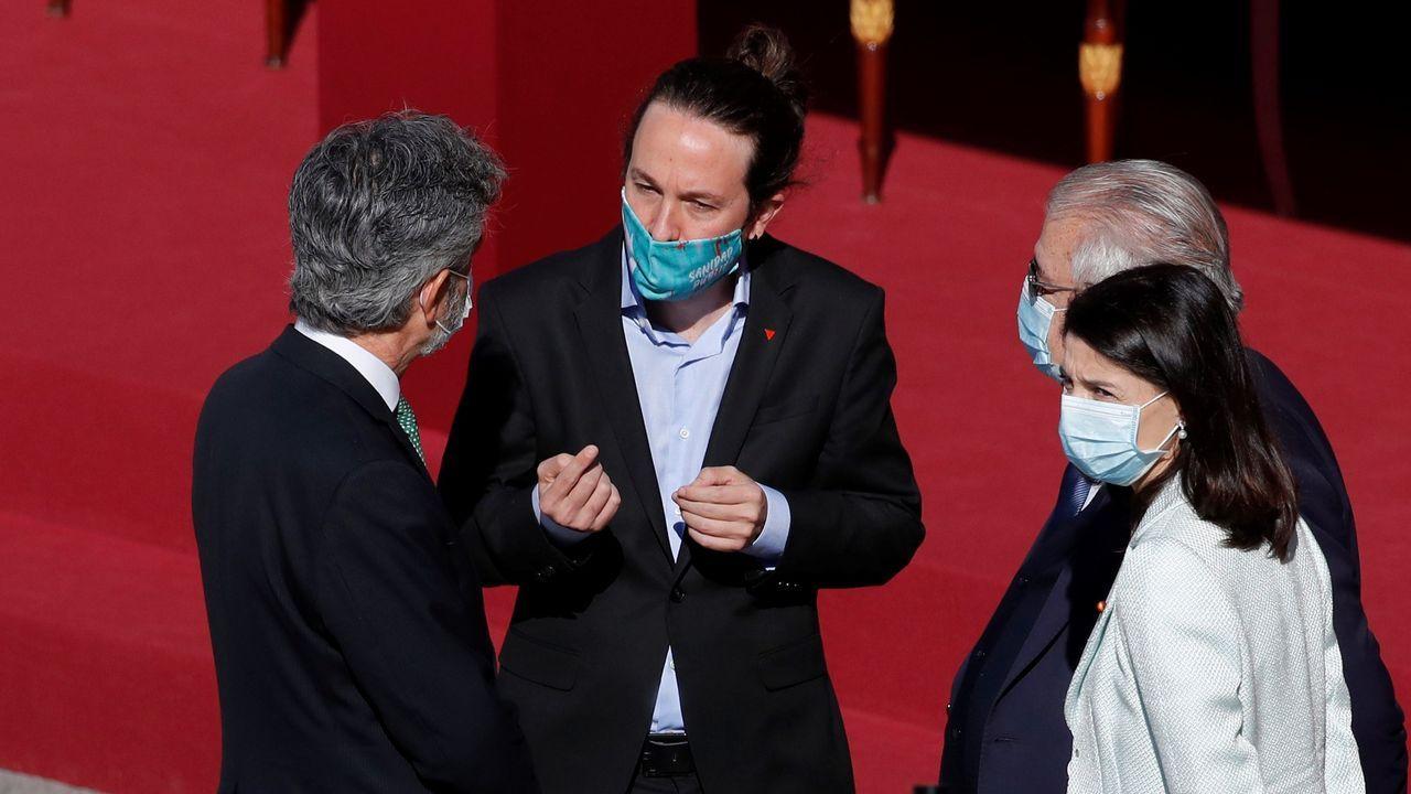 Pablo Iglesias conversa animadamente con Carlos Lesmes (de espaldas)