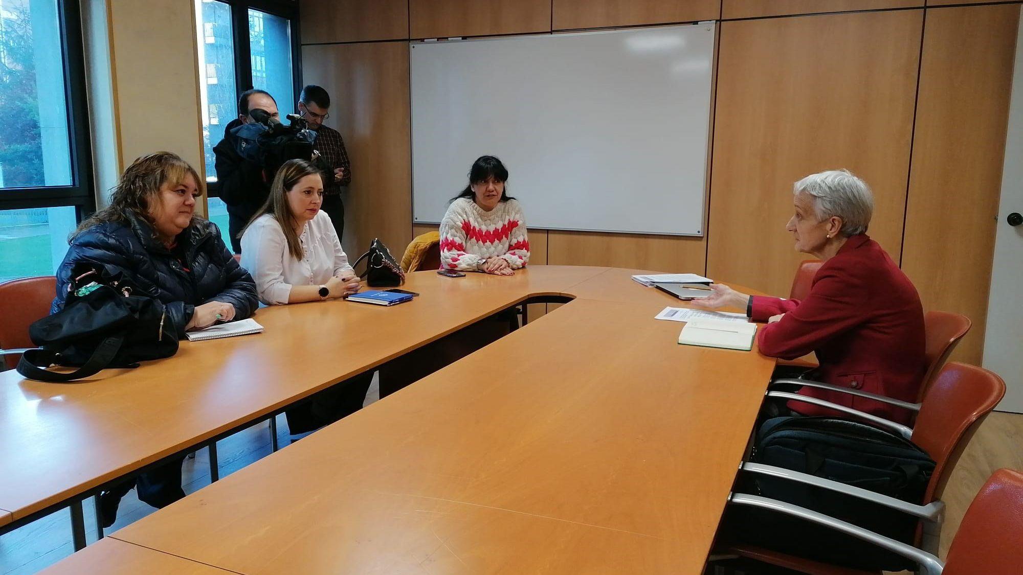 un alumno en un aula, clase, vacía.Reunión entre la consejera de Educación, Carmen Suárez y los representantes de Padres y madres de Alumnos.