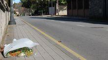 Un ramo de flores en el punto de la avenida de Dionisio Cifuentes donde fue atropellado Juan Fombona