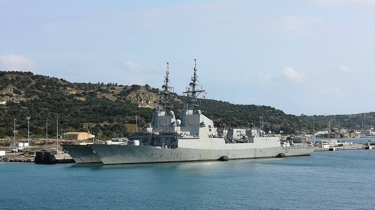 Las dos fragatas, abarloadas en la base griega de Souda