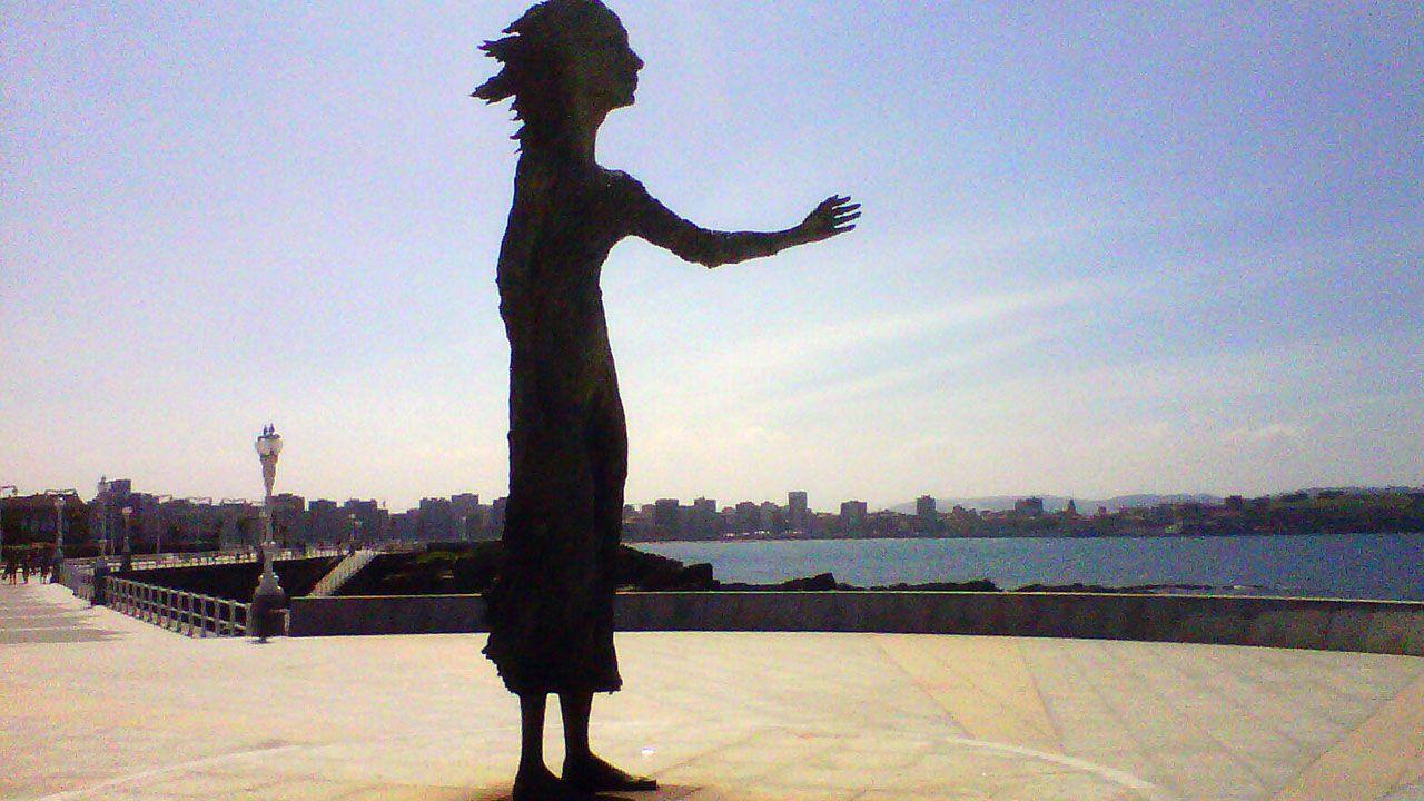 Las imágenes de La Algodonera de Gijón.La escultura 'La madre del emigrante', en Gijón