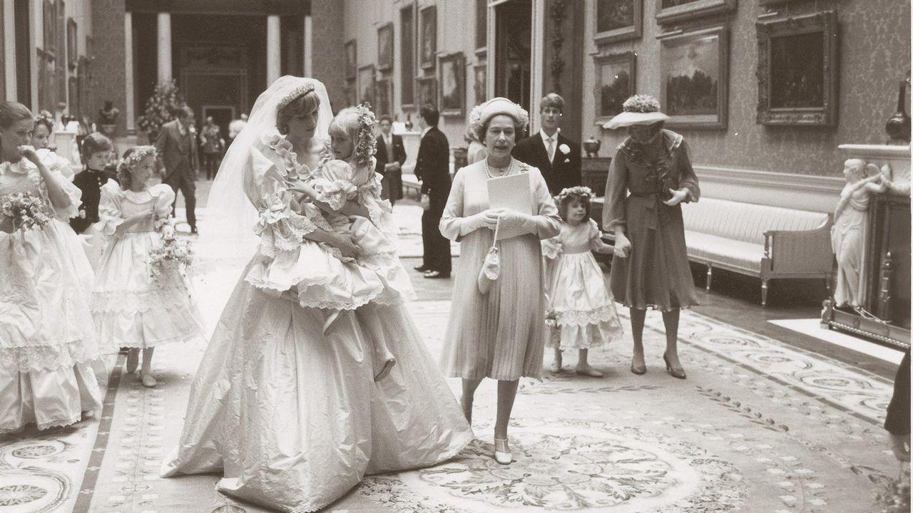 Diana de Gales, el día de su boda, llevando en brazos a una de sus damas de honor.