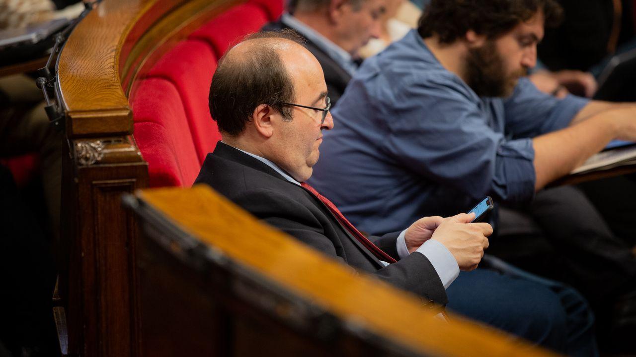 Gritos de fuera y aplausos para recibir en el hemiciclo a los políticos presos.Miquel Iceta, en el Parlament