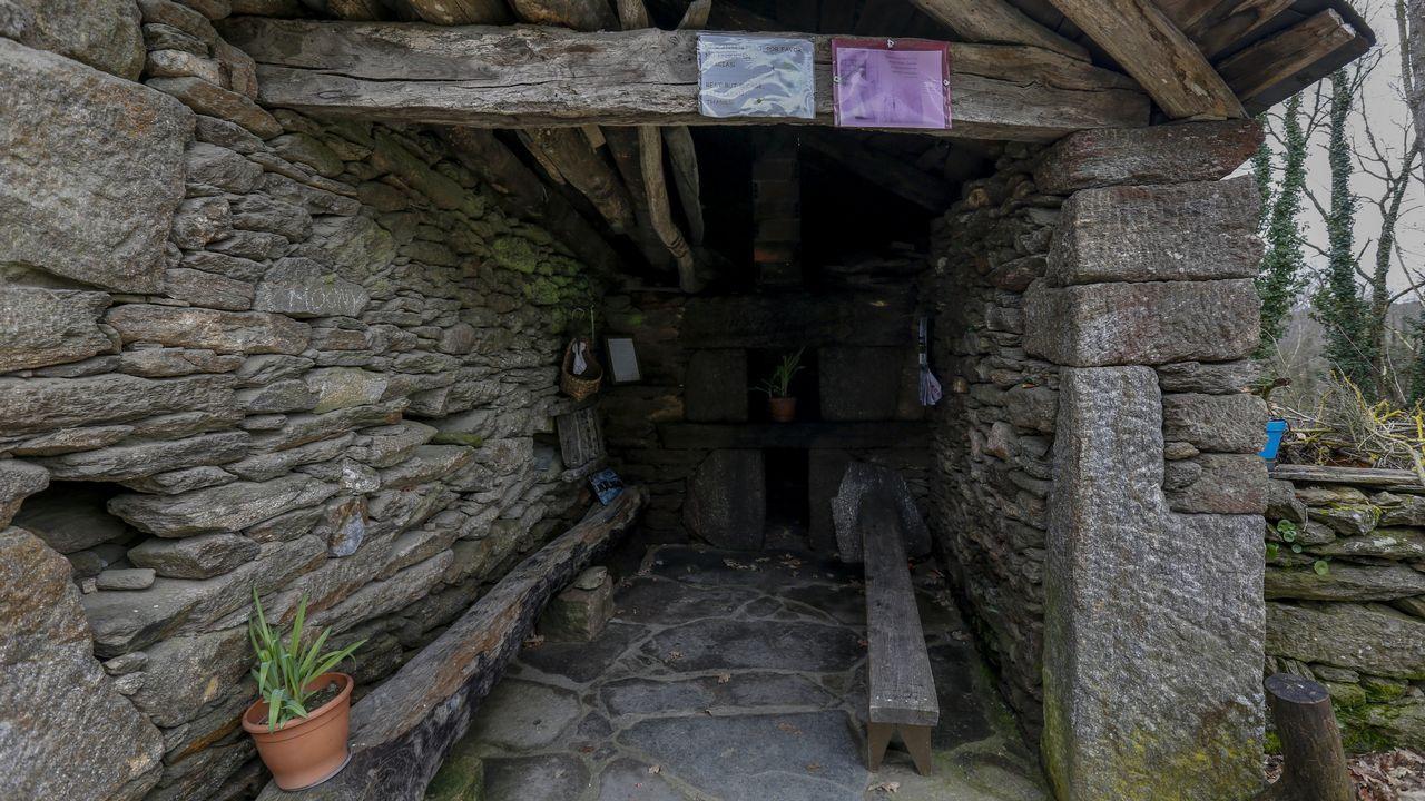 Entrada de un antiguo horno de leña que un vecino cede a los peregrinos, en Mercadoiro