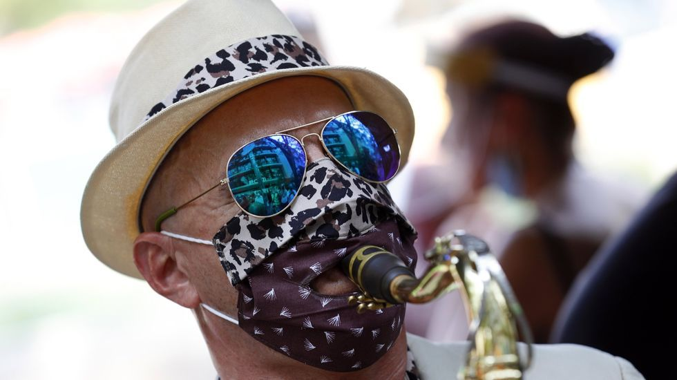 Un saxofonista toca durante las protestas para pedir más ayudas financieras para efrentar el covid-19 en Berlín, Alemania