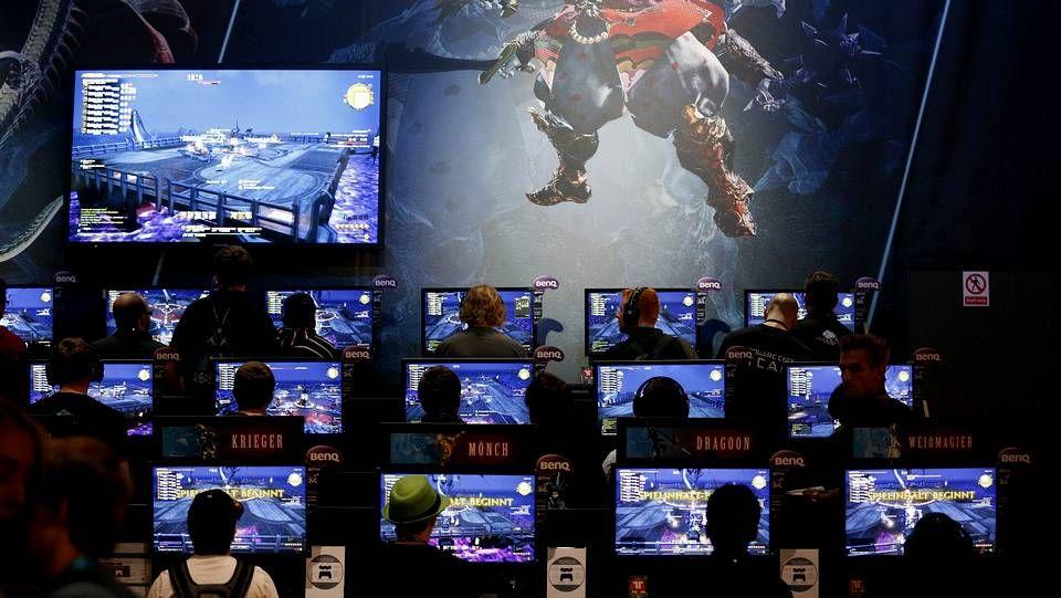 Shakira - Loca.Visitantes a la feria prueban los juegos «Project Morpheus» (a la izquierda) y «Destiny», ambos de Sony.