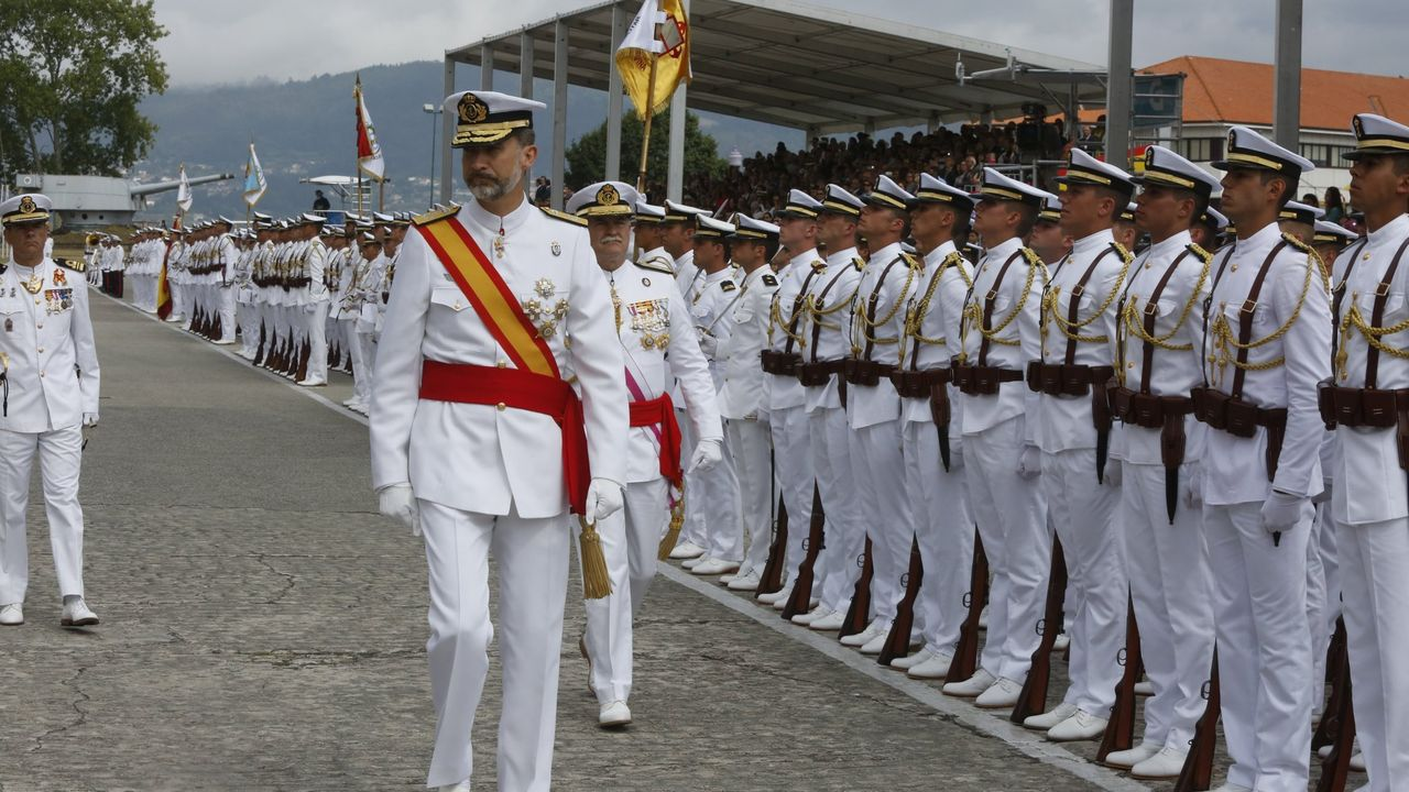 Entrega de despachos en la escuela naval de Marín presidida por el rey, en julio del 2015