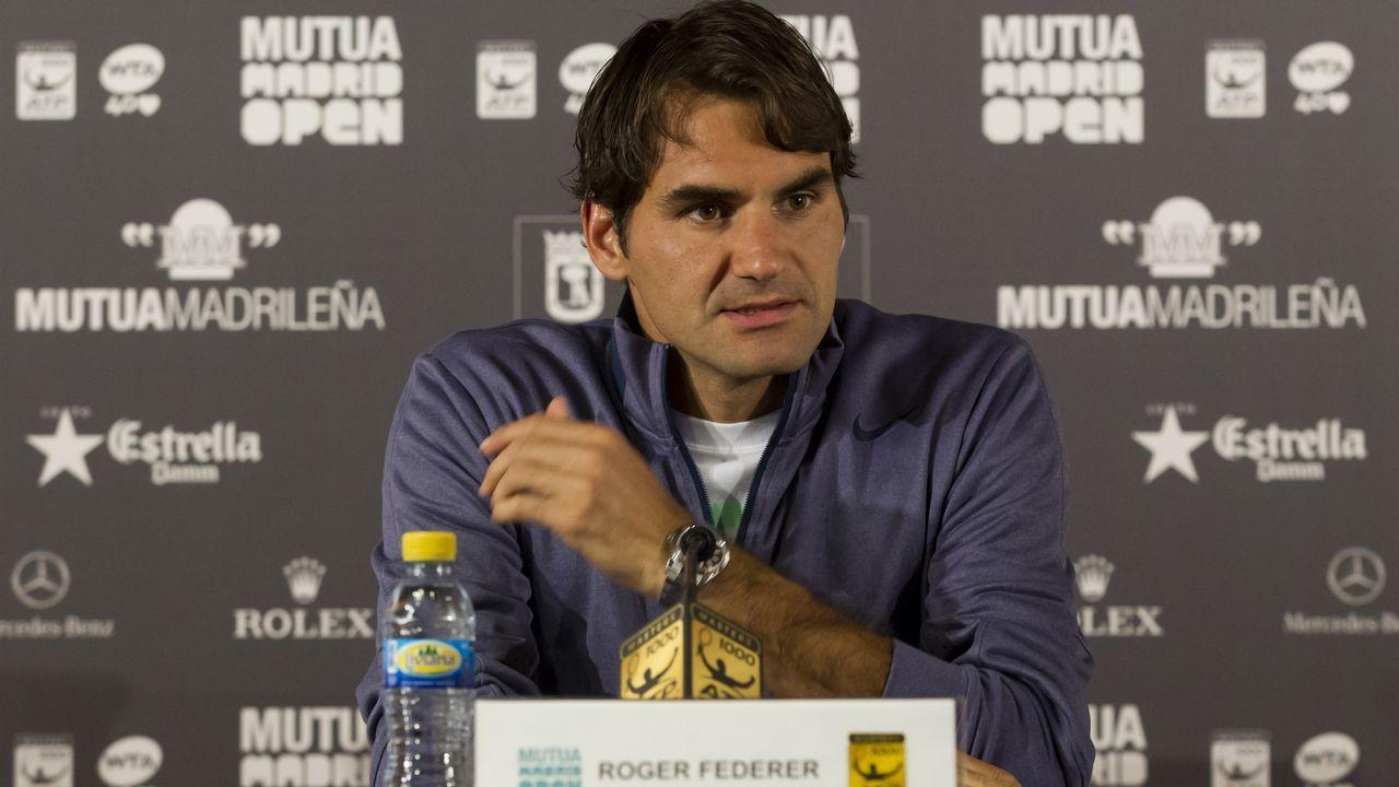 El tenista español Pablo Carreño Busta celebra la victoria tras el encuentro de primera ronda contra el portugués Joao Sousa durante el torneo de Roland Garros, este lunes en París (Francia)