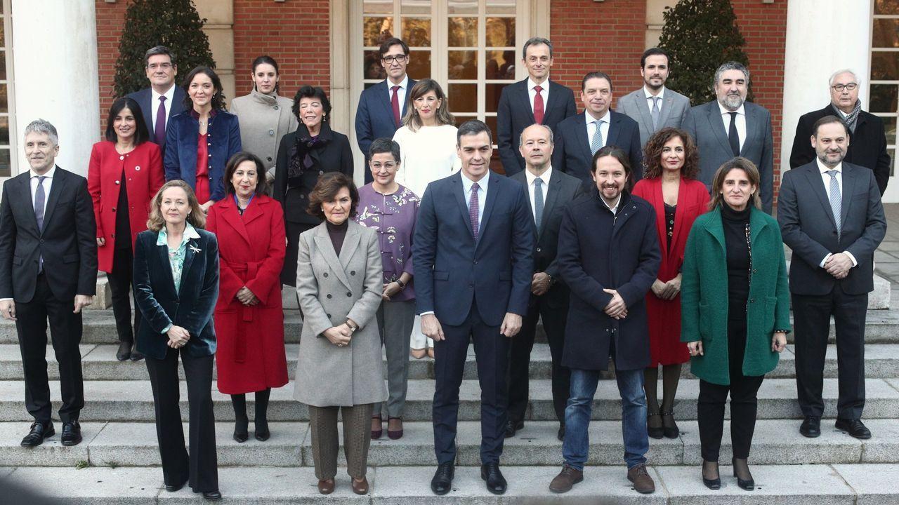Foto de familia del presidente con los cuatro vicepresidentes y los 18  ministro del Gobierno