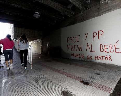 Elecciones municipales: la campaña, en fotos.En Navarra hay pintadas en favor del «aborto cero».