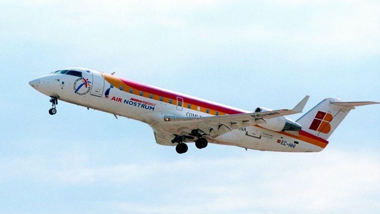Un grupo de pasajeros consulta los vuelos en el Aeropuerto de Asturias.Lice-Barcelona