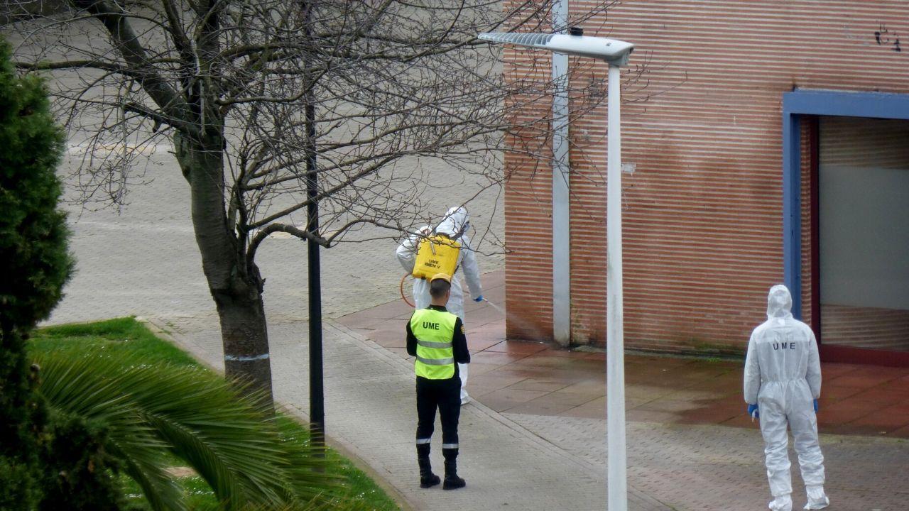 Miembros de la UME desinfectan el centro de salud de Laviada, en Gijón