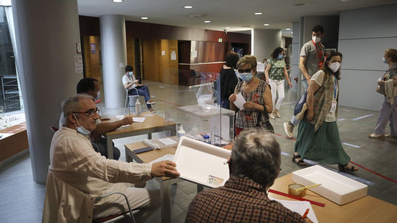 Votaciónes en el centro sociocultural del ensanche compostelano
